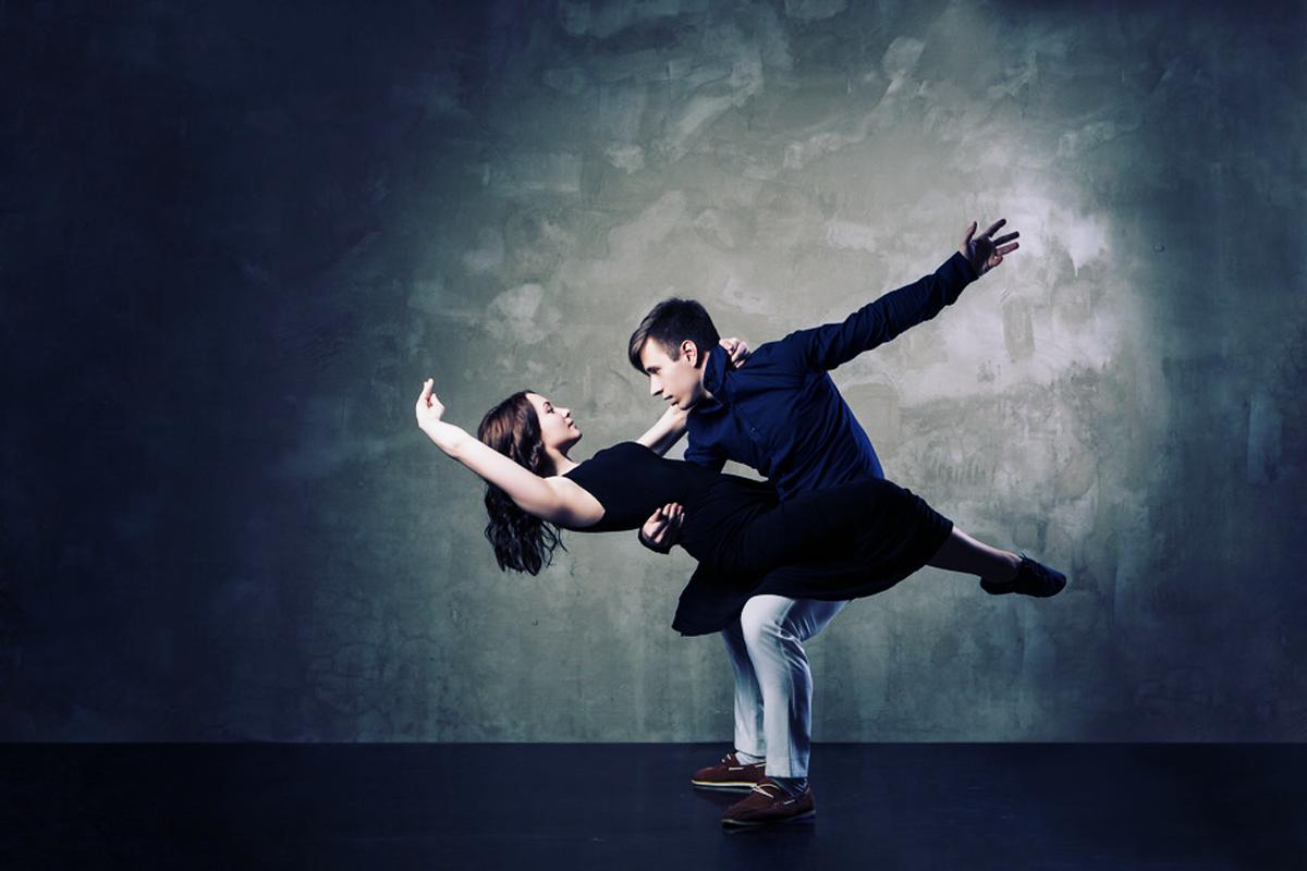 """""""Bonita pareja en el baile el activo sobre fondo oscuro"""" von julenochek @123rf.com"""