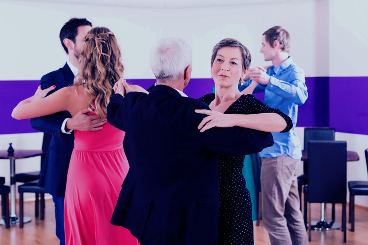 """""""Gruppe von Paaren in Tanzschule beim Tanzen"""" von Kzenon @fotolia"""